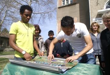 Шоко и Марселиньо дариха календари и лакомства на деца от Помощно училище в Разград