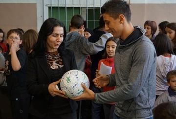 Играчи на Лудогорец уважиха празник на училище в Разград (ВИДЕО)